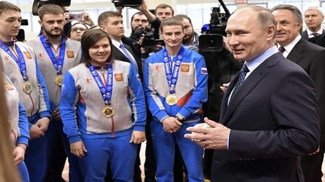 صورة أرشيفية للرئيس فلاديمير بوتين ومجموعة من الرياضيين الروس