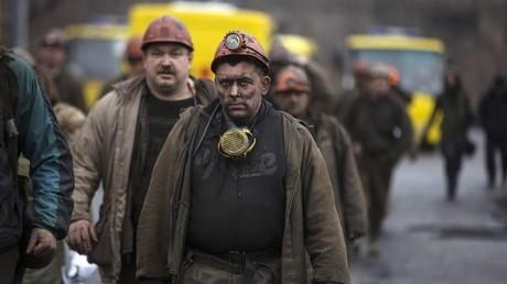 عمال أحد مناجم الفحم المشمولة بقرار التأميم في دونباس