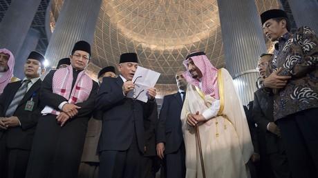 الملك سلمان خلال زيارته إلى إندونيسيا