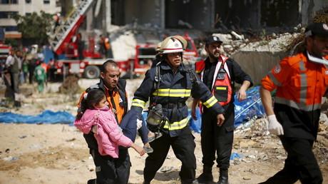 مسعفون ينقذون طفلة في قطاع غزة
