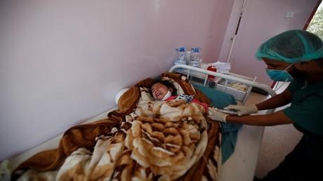 أحد الأطفال المصابين بالكوليرا في اليمن