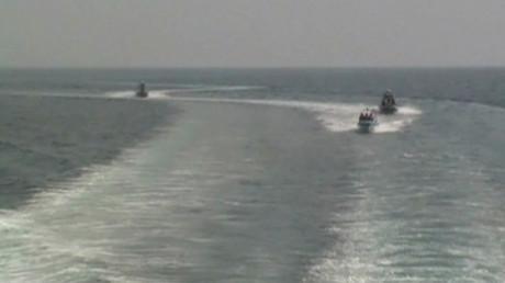 اقتراب زوارق الحرس الثوري الإيراني من الأسطول الأمريكي