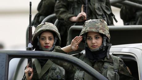 جنديتان من قوات حرس الرئيس الفلسطيني خلال تدريبات مشتركة مع قوات الأمن الفلسطيني في مدينة أريحا الضفة الغربية فلسطين
