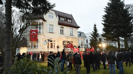 أتراك يتجمعون أمام سفارة بلادهم في ألمانيا قبيل وصول وزير الخارجية التركي