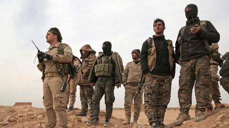"""عناصر من """"قوات سوريا الديمقراطية"""" في ريف الرقة"""