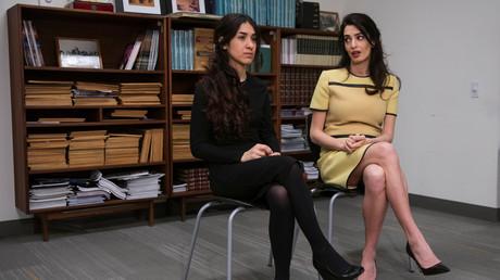 أمل كلوني برفقة الفتاة الإيزيدية الناجية نادية مراد في مقر الأمم المتحدة في نيويورك-الولايات المتحدة- 9 مارس، 2017