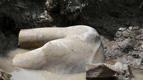 اكتشاف تمثالين ملكيين بالقاهرة يثير جدلا بسبب طريقة انتشالهما