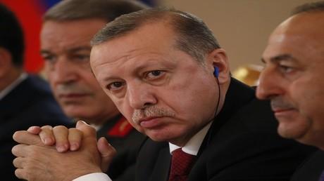 """أردوغان يهدد بالرد على هولاندا ويصفها بـ""""بقايا النازية"""""""
