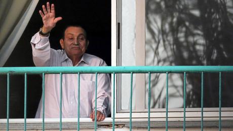 الرئيس المصري الأسبق حسني مبارك يرحب بتجمع لأنصاره من شرفة غرفته في مستشفى يرقد فيه بضواحي القاهرة