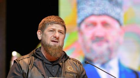 الرئيس الشيشاني رمضان قادروف على خلفية صورة والده الراحل أحمد