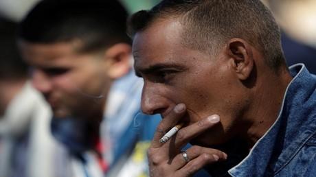 رجل كوبي يدخن - مدينة خواريز، المكسيك، 16 فبراير، 2017