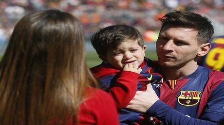 ليونيل ميسي مع أطفاله وزوجته