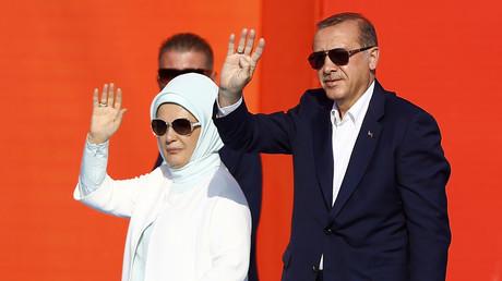 الرئيس التركي رجب طيب أردوغان وزوجته أمينة