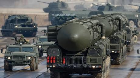 """عربة صواريخ """"توبول"""" الاستراتيجية النووية العابرة للقارات"""