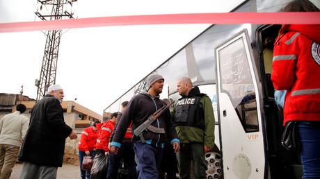 المسلحون يخرجون من حي الوعر في حمص