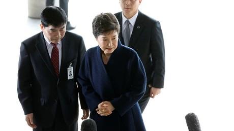 الرئيسة الكورية الجنوبية السابقة بارك كون هيه خارج مبنى المحكمة اليوم