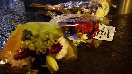 باقات من الورد في مكان سقوط ضحايا هجوم جسر وستمنستر في لندن، بريطانيا، 22 مارس 2017