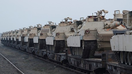 دبابات أبرامز الأمريكية في قاعدة ميهايل كوغالنيسانو الجوية، رومانيا، 14 فبراير 2017