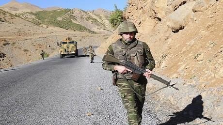 أرشيف - دورية جنود أتراك على الطريق بالقرب من جوكورجا في محافظة هكاري جنوب شرق تركيا