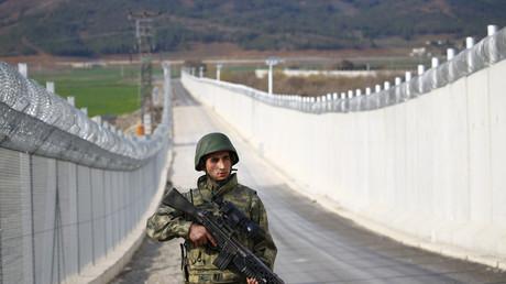 جندي تركي على الحدود مع سوريا
