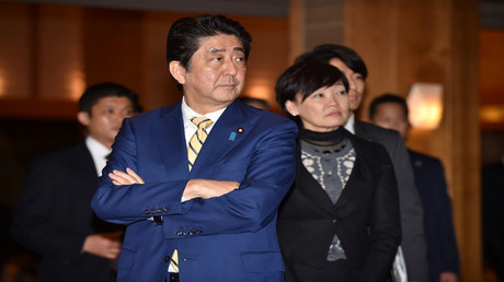 رئيس الوزراء الياباني شينزو آبي وزوجته آكيي آبي