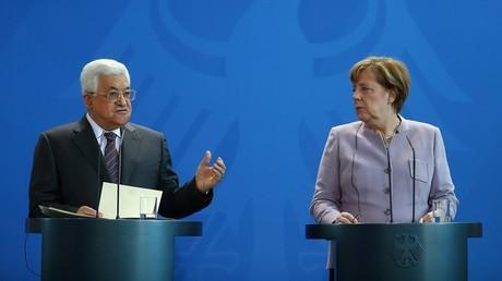 عباس و ميركل في مؤتمر صحفي في برلين 24 مارس/آذار 2017