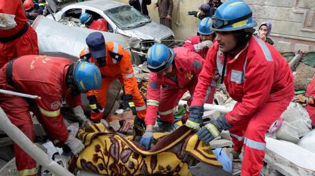 انتشال جثث ضحايا مجزرة الموصل الجديدة من تحت أنقاض المنازل المدمرة جراء غارات جوية