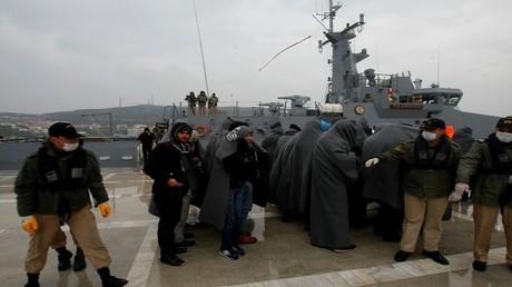 أرشيف - خفر السواحل التركي يمنع مجموعة من المهاجرين من الإبحار إلى اليونان