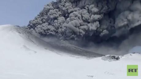 لحظة ثوران بركان في كامتشاتكا نام 250 عاما