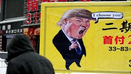 ملصق لإعلان عقاري مع صورة كاريكاتورية للرئيس الأمريكي دونالد ترامب في شنيانغ، مقاطعة لياونينغ في الصين