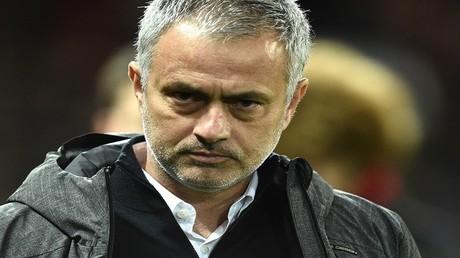 البرتغالي روجيه مورينيو مدرب فريق مانشستر يونايتد الإنجليزي