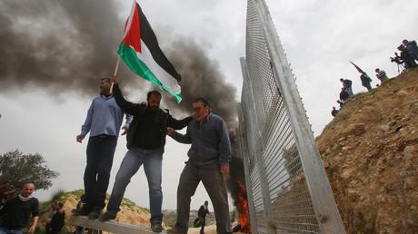 الفلسطينيون يحيون