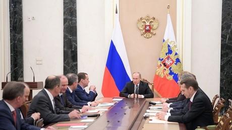 الرئيس الروسي فلاديمير بوتين يترأس اجتماعا لمجلس الأمن