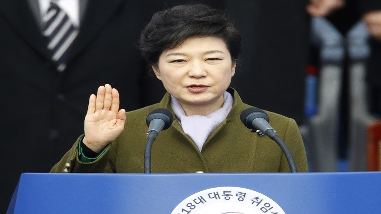 رئيسة كوريا الجنوبية تبكي بحرقة قبل أن تتسلم بطانية في الزنزانة