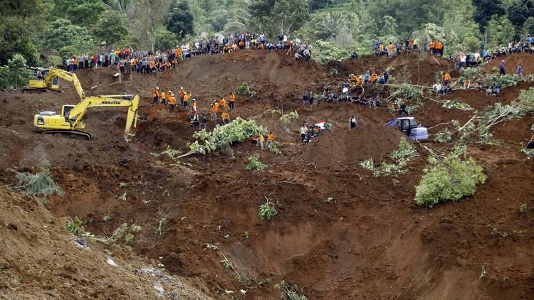 محاصرة نحو 30 شخصا تحت الأنقاض في إندونيسيا