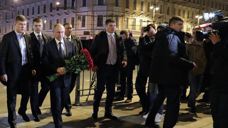 بوتين يضع الزهور عند موقع التفجير في بطرسبورغ