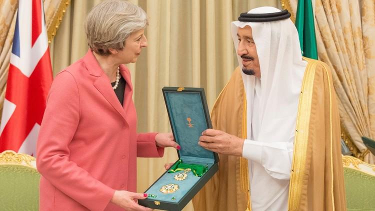 العاهل السعودي يمنح لتيريزا ماي وشاح الملك