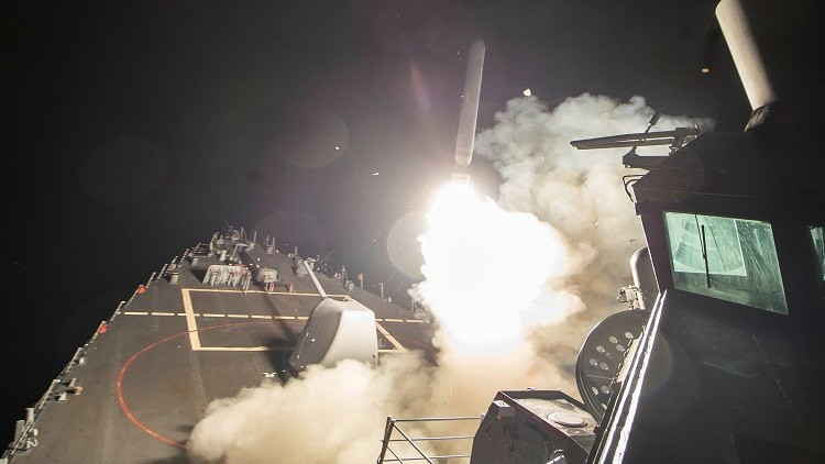 مدمرة أمريكية تطلق صاروخ توماهوك من البحر الأبيض المتوسط باتجاه مطار الشعيرات الحربي في سوريا، 7 أبريل 2017