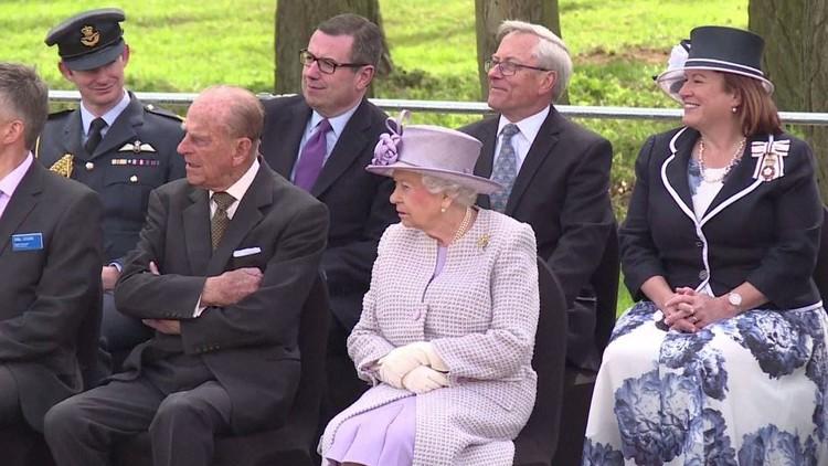 الملكة البريطانية تفتتح مركزا لرعاية الفيلة في حديقة ويبسنيد