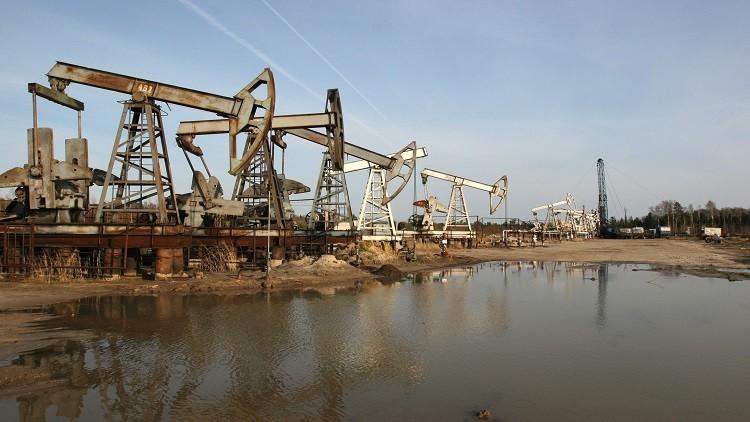 النفط يرتفع بعد إعلان موسكو خفض إنتاجها إلى 300 ألف برميل يوميا