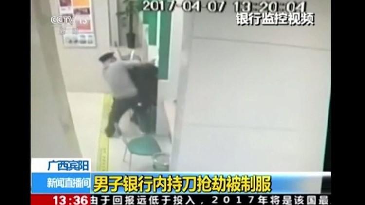 موظف في بنك يجازف بحياته لتحرير رهينة (فيديو)