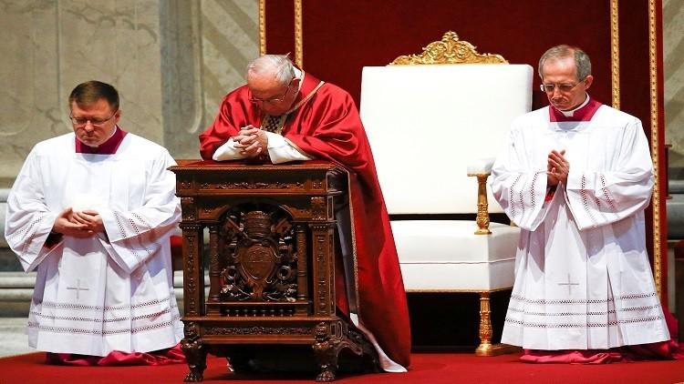 بابا الفاتيكان يستعرض