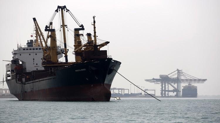 رسو ناقلة سيارات ضخمة في ميناء عدن