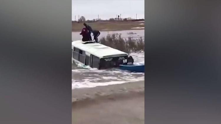 تيار جارف يبتلع حافلة تقل تلاميذ في كازاخستان