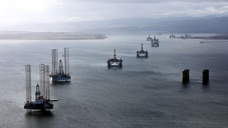 أسعار النفط تنخفض بضغط من الخام الأمريكي