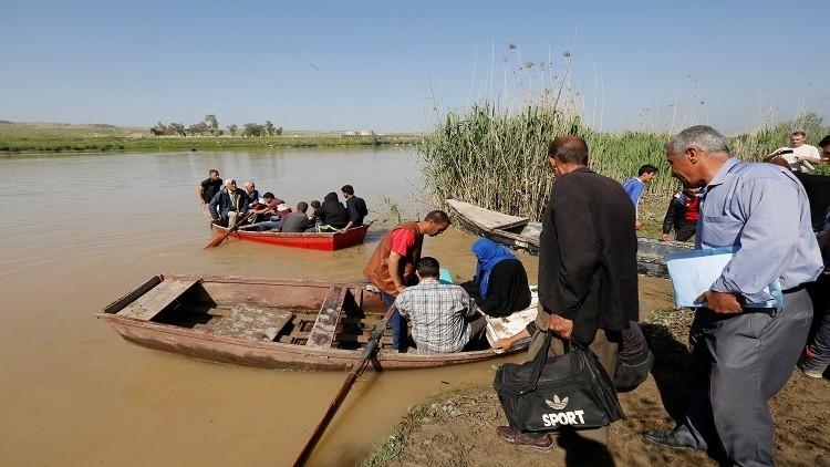 الجيش العراقي يبني جسرا عائما على دجلة