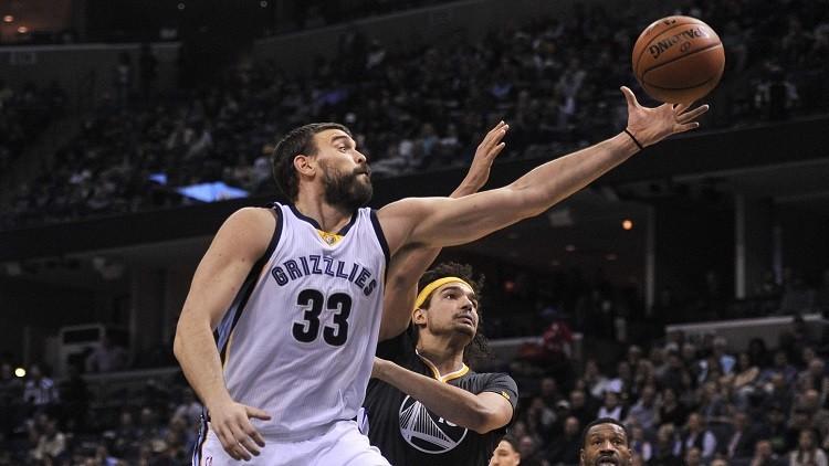 بالفيديو.. مارك غاسول يسجل في كرة السلة حتى برأسه