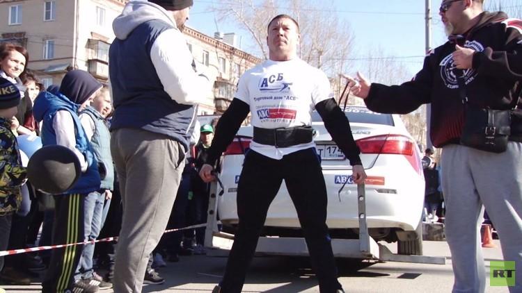 رجال أقوياء يشـاركون في بطولة لرفع أوزان فوق ألف كيلوغرام