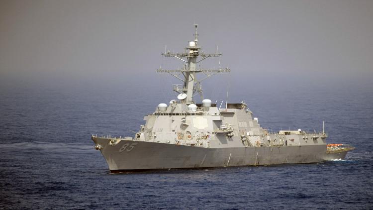 مدمرة أمريكية شغلت وضعية الإطلاق مع اقتراب سفينة إيرانية منها في الخليج