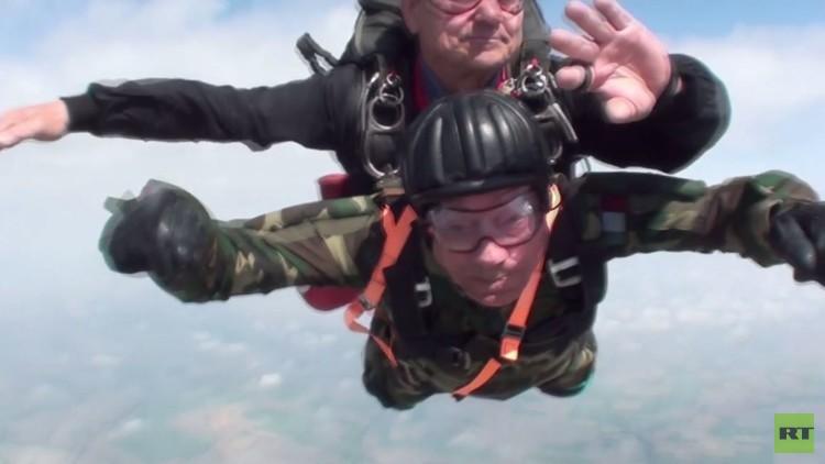 مظلي احتفل بعيد ميلاده الـ96 بتنفيذ قفزة جديدة (فيديو)